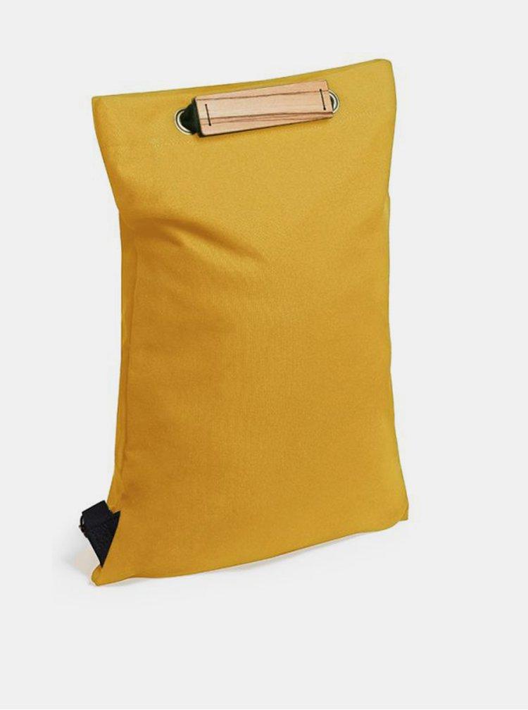 Praktický koňakový batoh s dřevěným detailem Cognac Minibackpack BeWooden