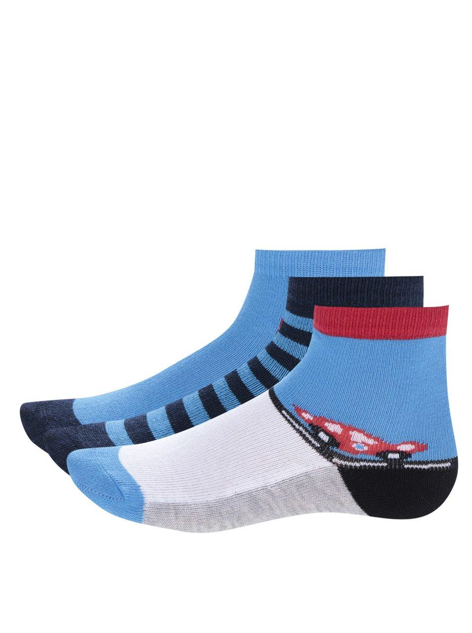 Fotografie Sada tří párů červeno-modrých klučičích ponožek s pruhy a auty 5.10.15.