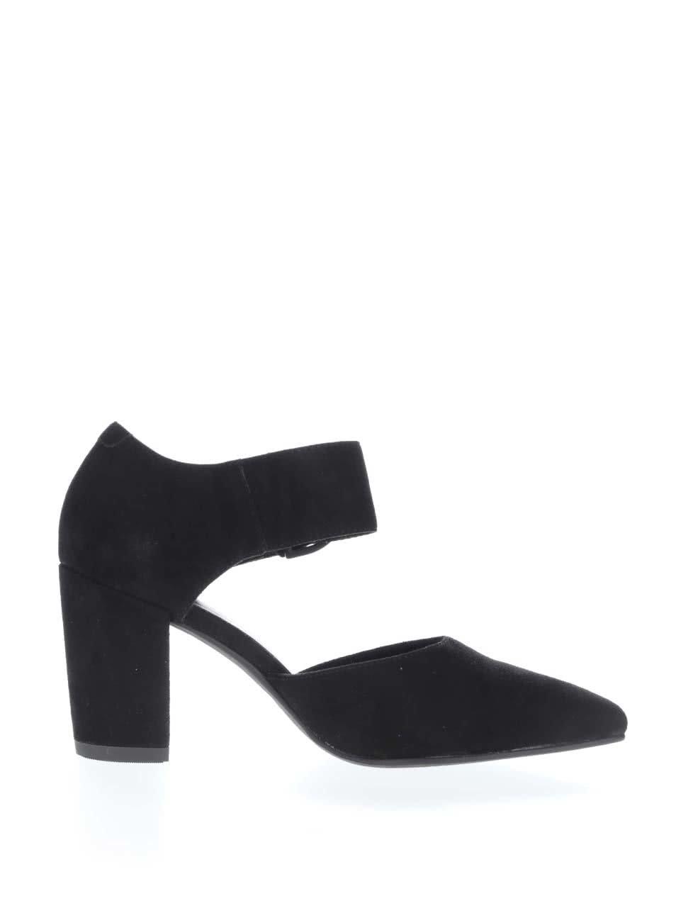 Široké čierne nohy