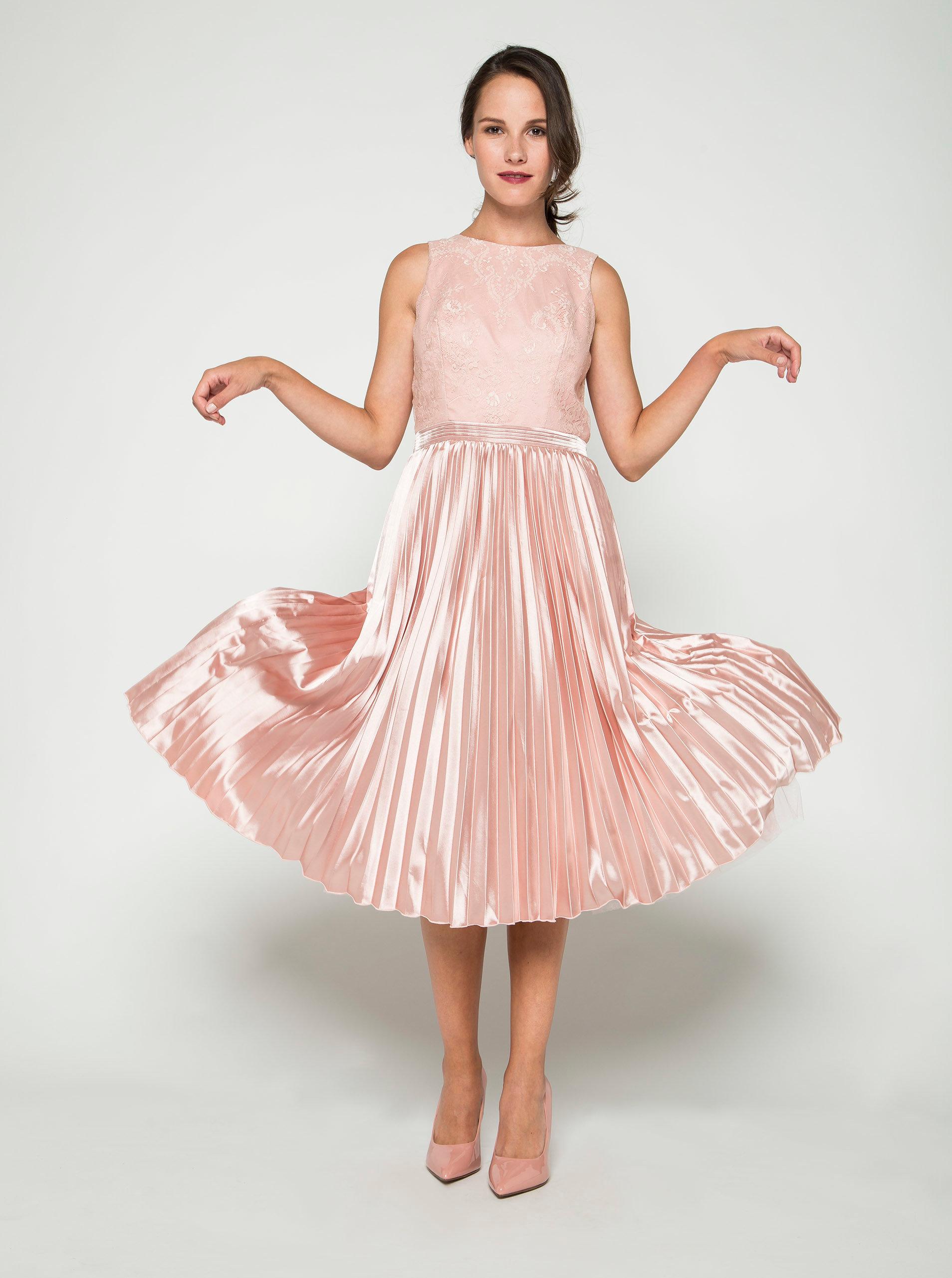 94bdb06a9580 Ružové lesklé šaty s čipkovaným topom Chi Chi London ...