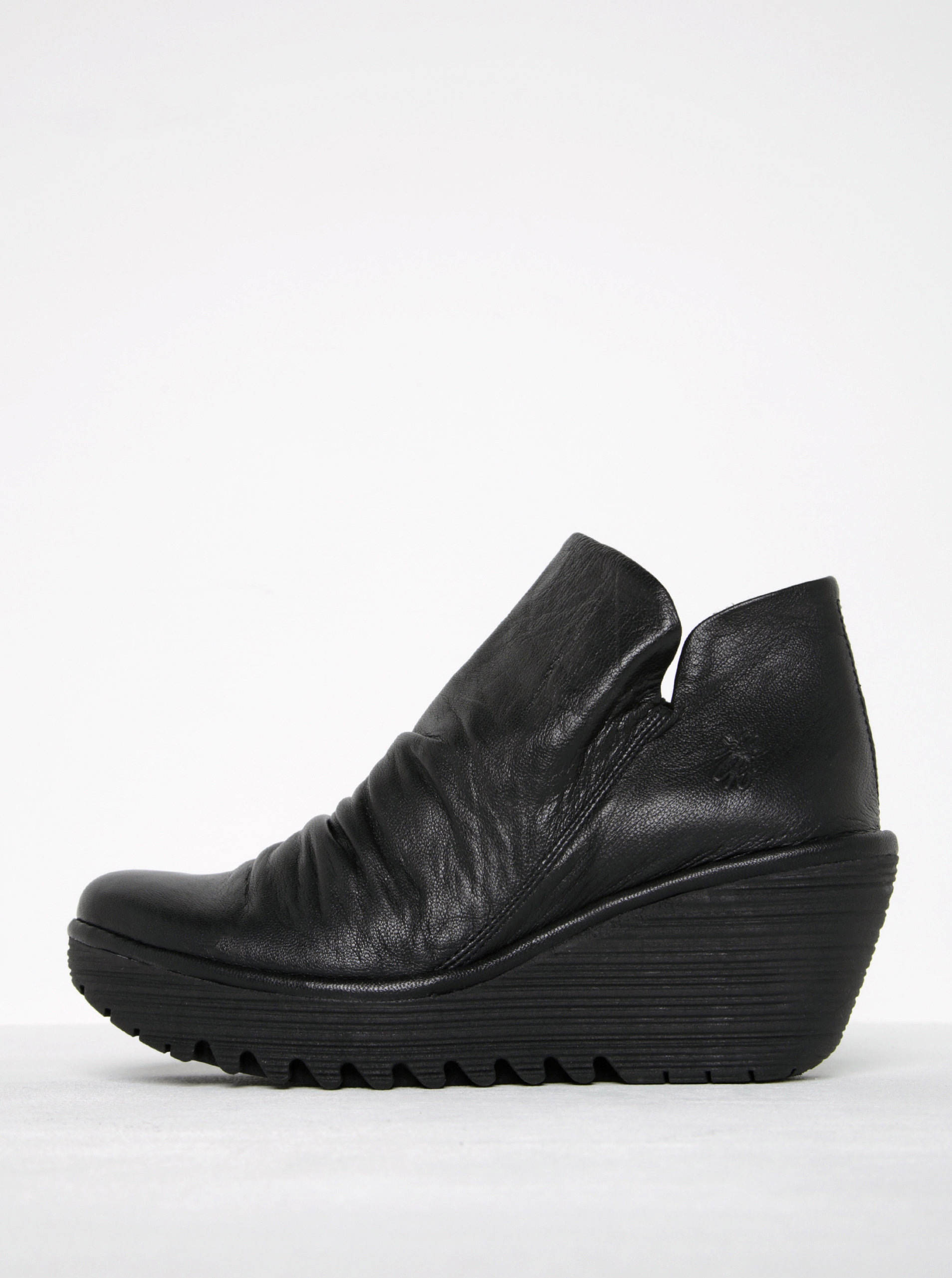de99c83ebdb Černé dámské kožené kotníkové boty na platformě FLY London ...