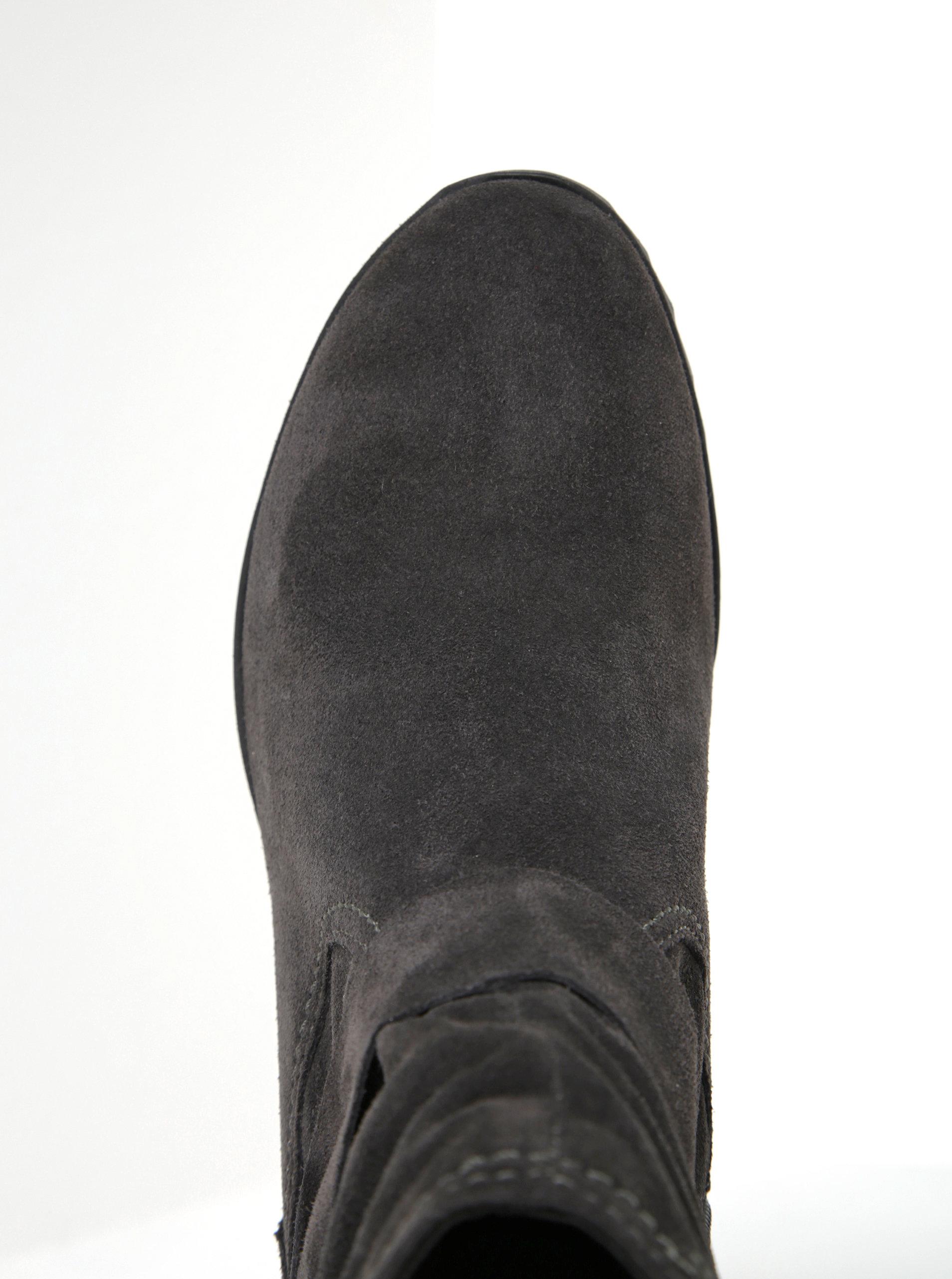 5cfeb08adff2 Tmavosivé semišové členkové topánky na nízkom klinovom podpätku Tamaris ...