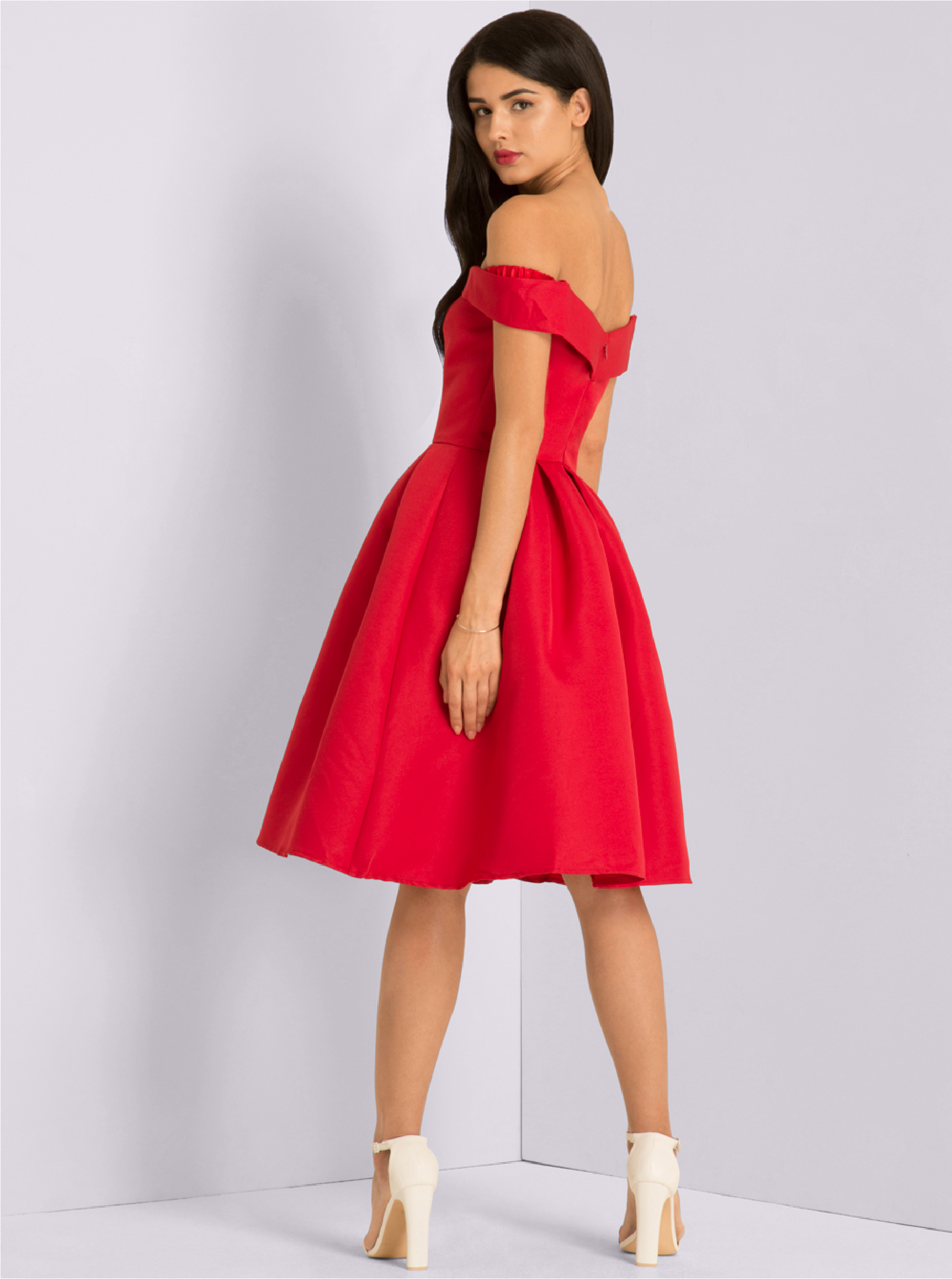 932386cba02d Červené šaty se spadlými rameny Chi Chi London Jade ...