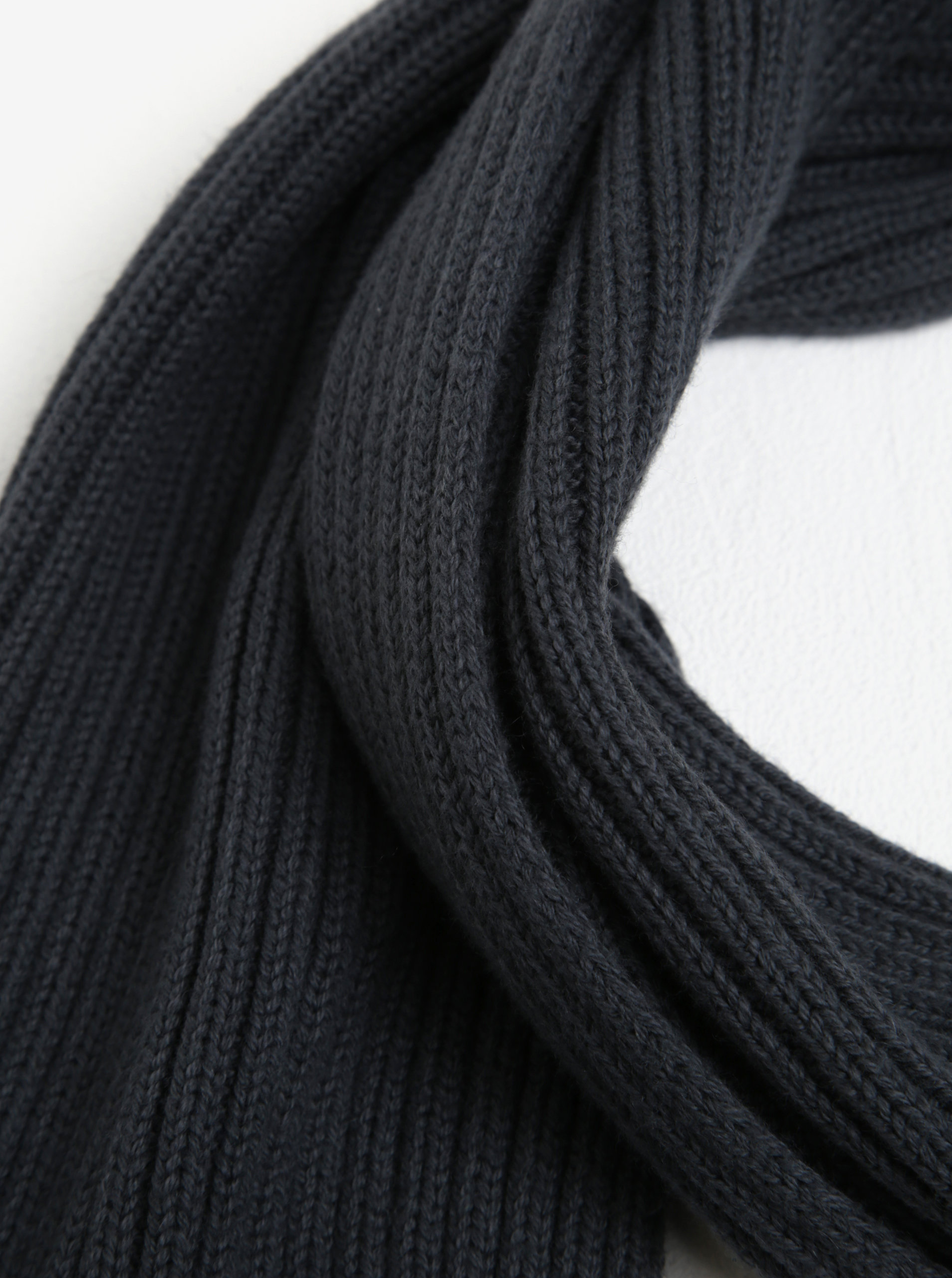0c13735706 Tmavě šedá pánská šála Calvin Klein Jeans Octave ...