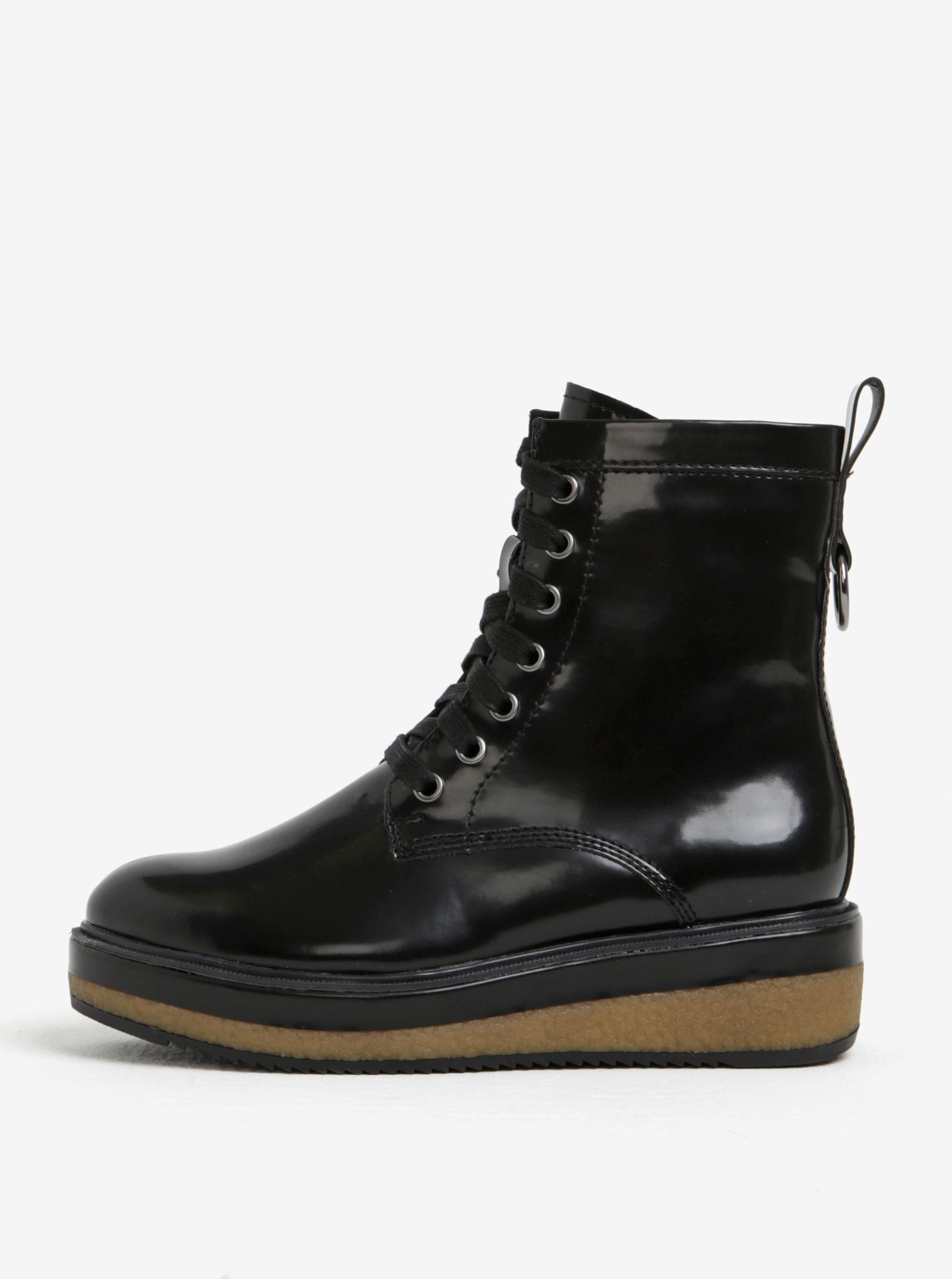 Černé lesklé kotníkové boty na platformě Tamaris ... ca3c4f5350