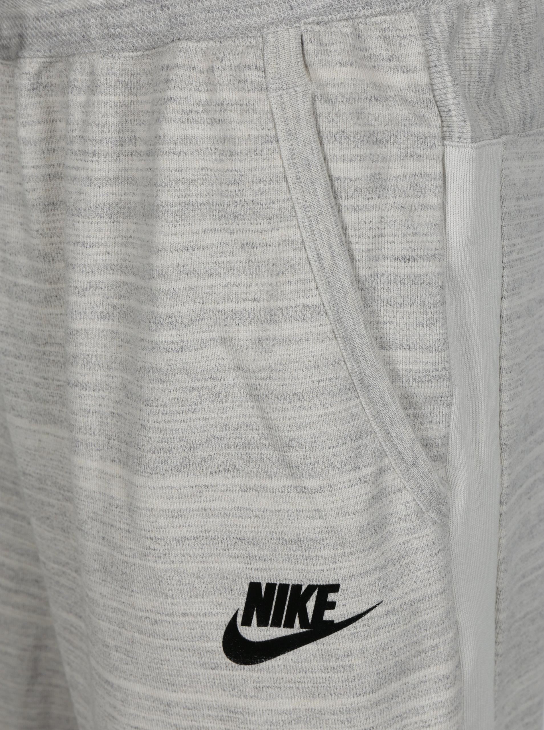 22540536cd1 Světle šedé žíhané pánské teplákové kraťasy Nike ...