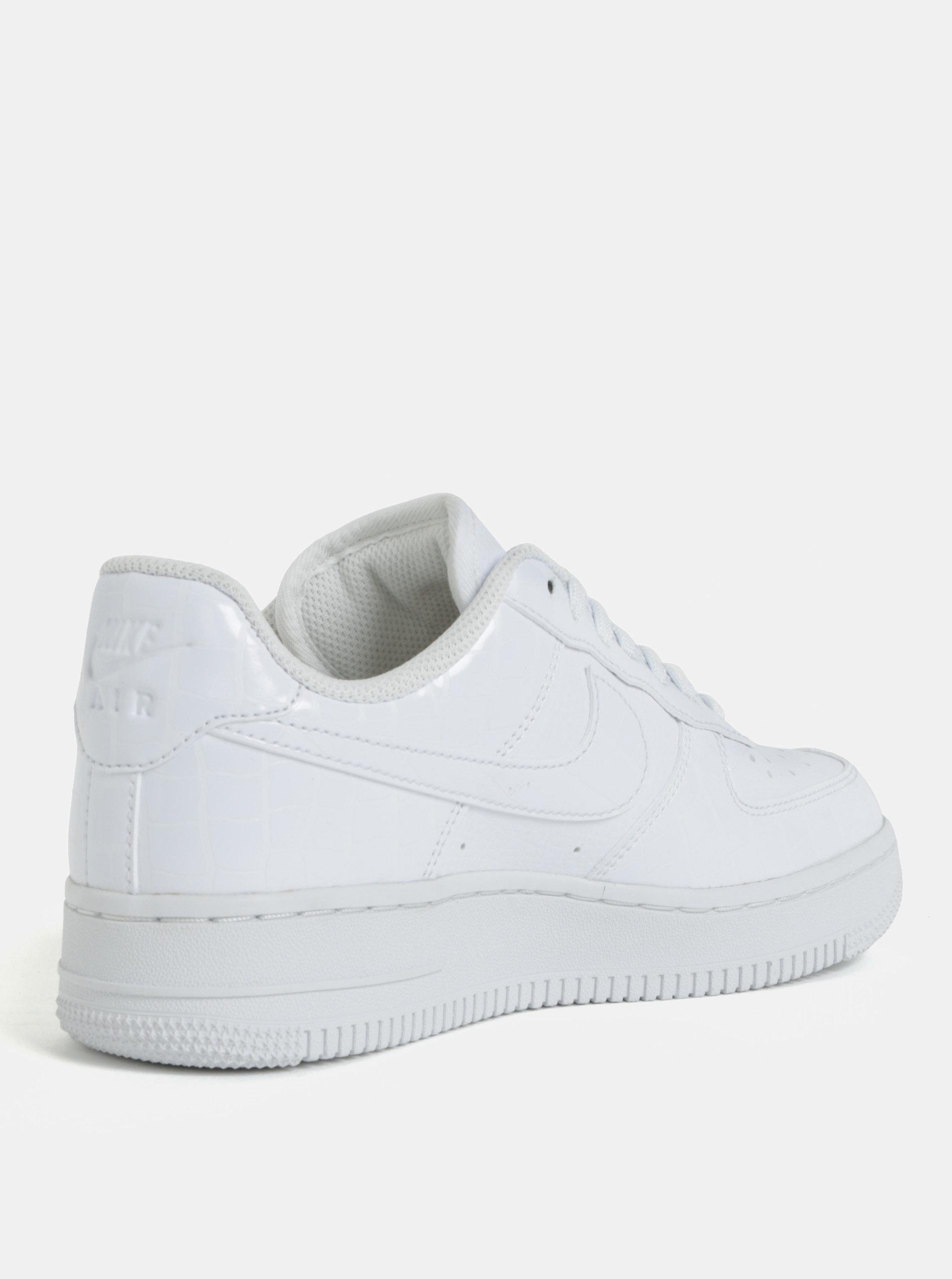 5a5c8c58fbe Bílé dámské tenisky na platformě Nike Air Force1 ...