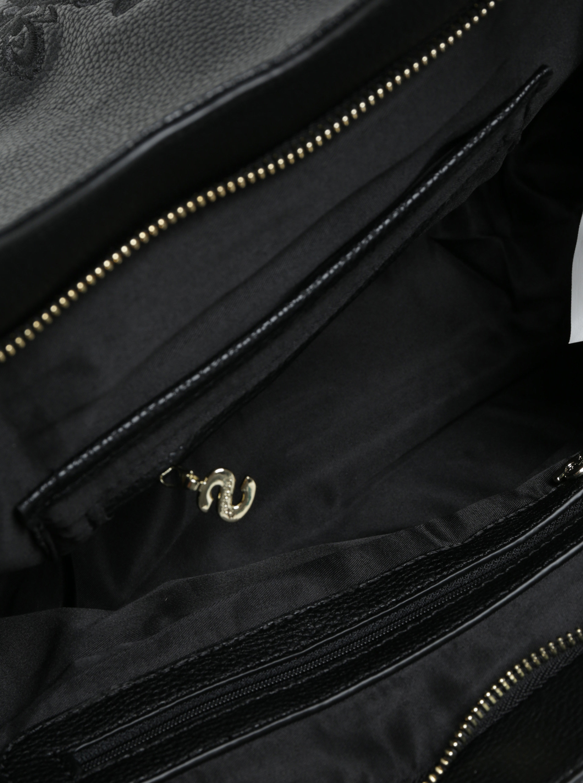 39d3fccdc3 Černá prošívaná kabelka Desigual Amber ...