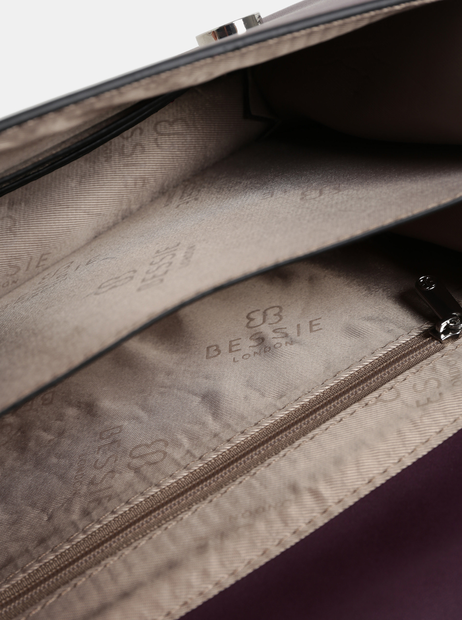 Vínová crossbody kabelka s cvočkami v striebornej farbe a semišovými  detailmi Bessie London ... 8ef2340cc60