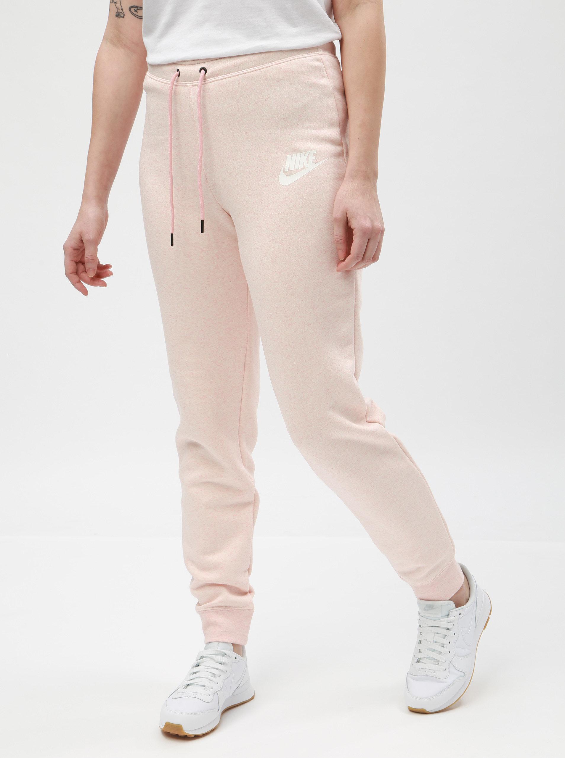 4d5cc8fd3fd Světle růžové dámské žíhané tepláky Nike ...