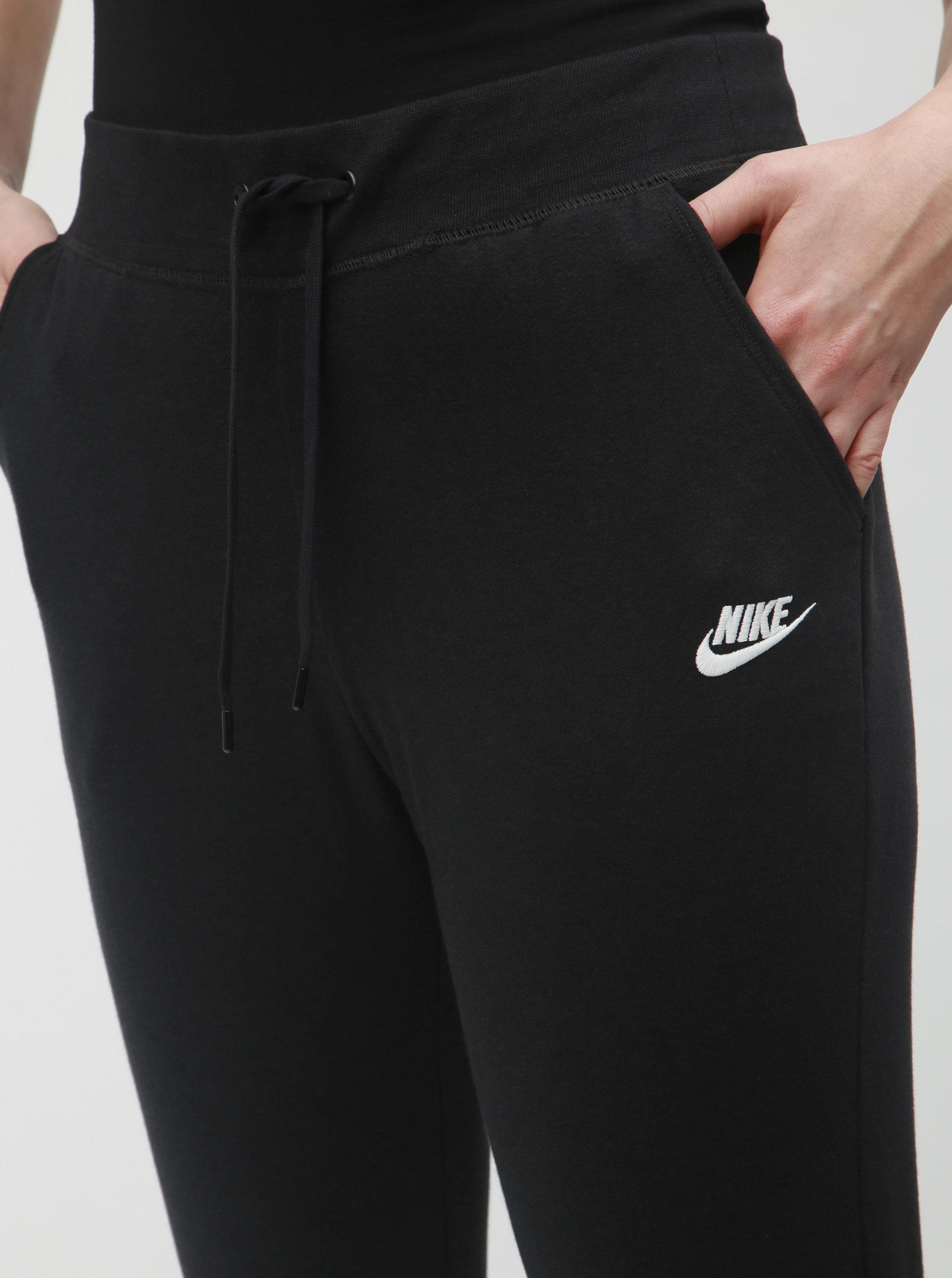 95cff844cea Černé dámské tepláky Nike ...