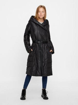 Černý zimní prošívaný kabát s páskem VERO MODA