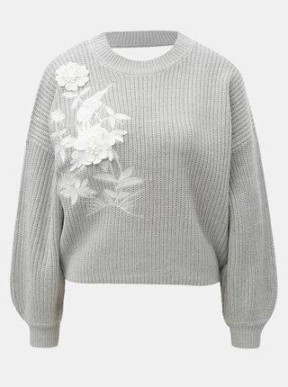 Svetlosivý krátky sveter s kvetinovou aplikáciou a prestrihom na chrbte Miss Selfridge