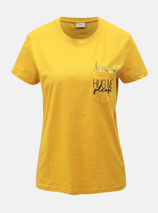 Hořčicové tričko s kapsou Jacqueline de Yong Kid