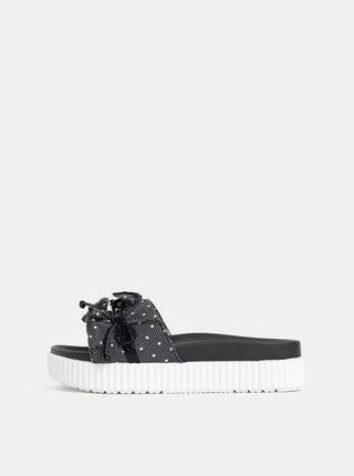 Černé puntíkované pantofle na platformě Tamaris