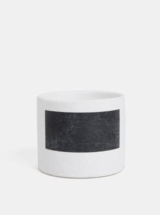 Bílý betonový květináč s pruhem na nápis Dakls