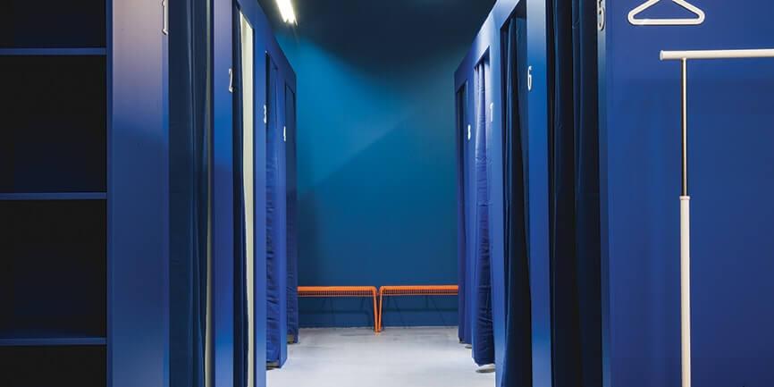 Modré zkužební kabinky v ZOOT Outlet Butovice